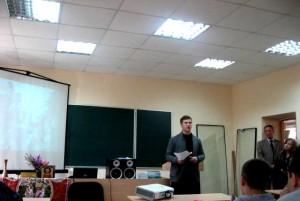 семинарист Андрей Бузук на пасхальной встрече со студентами колледжа.