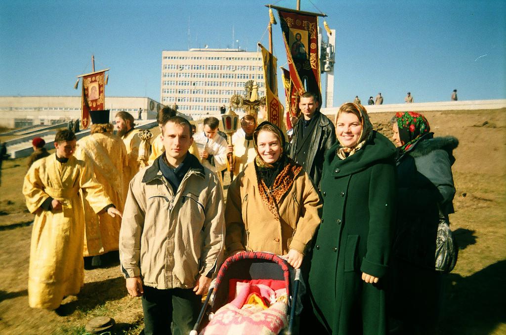 На торжественном молебне по случаю освящения места строительства Преображенского собора. Собралась вся тогдашняя православная молодежка. 2001 год...