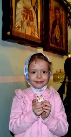 Наша маленькая Ариночка. Малышка давно и сильно болеет. Очень любит храм и воскресную школу, но почти никуда не выходит из дома. Просим всех помолиться о ней...