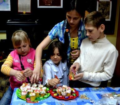 Воспитанники школы приготовили прихожанкам сладкие сюрпризы - маленькие расписные куличи)))