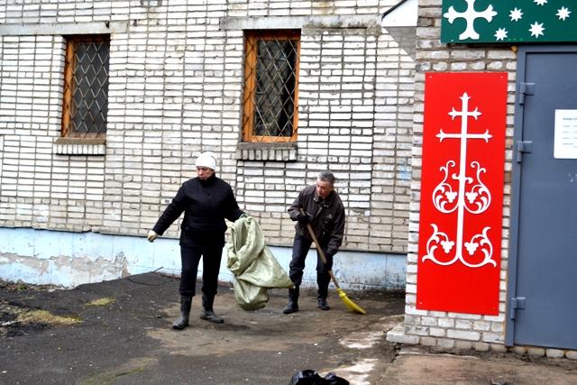 Уборка возле храма апостола Андрея Первозванного