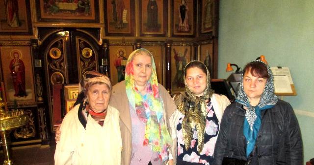 Хабаровчане и Ольга (справа) в храме апостола Андрея Первозванного. Хабаровск.