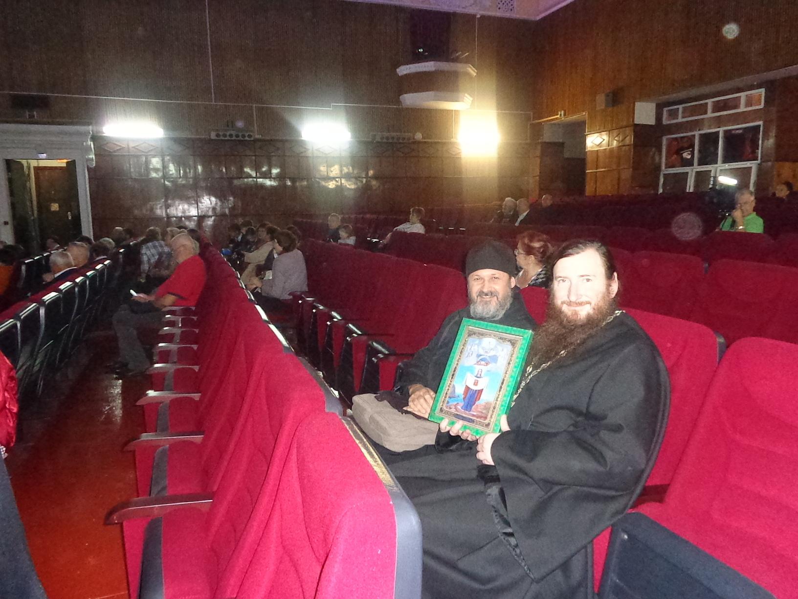 Иг. Савватий  с о. Андреем в актовом зале с Порт-Артурской иконой.