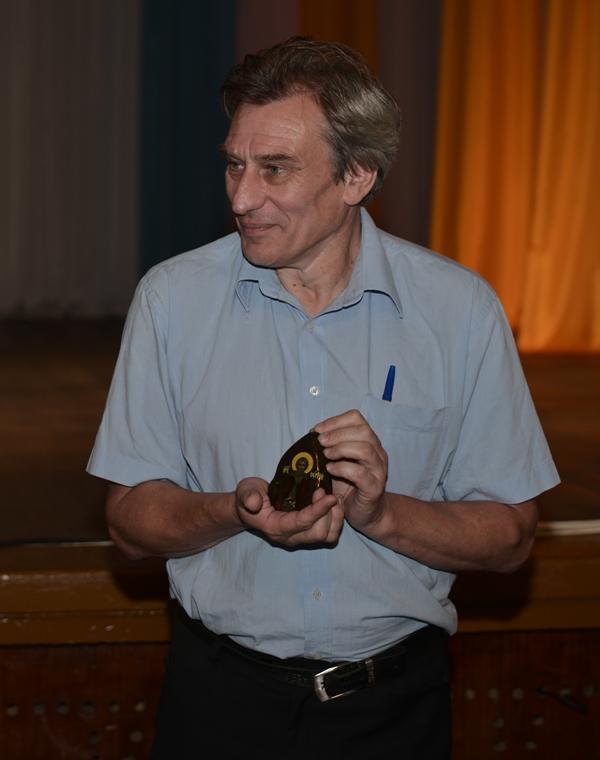 С.С. Куняев с памятным подарком игумена Савватия — иконой святого преподобного Сергия Радонежского, написанной на камне