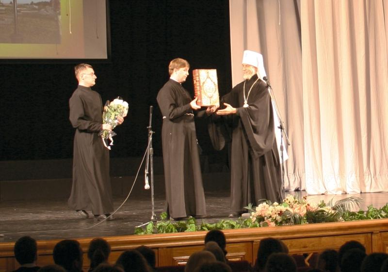 Митрополит Хабаровский и Приамурский Игнатий передает в дар Свято-Петропавловскому монастырю напрестольное Евангелие