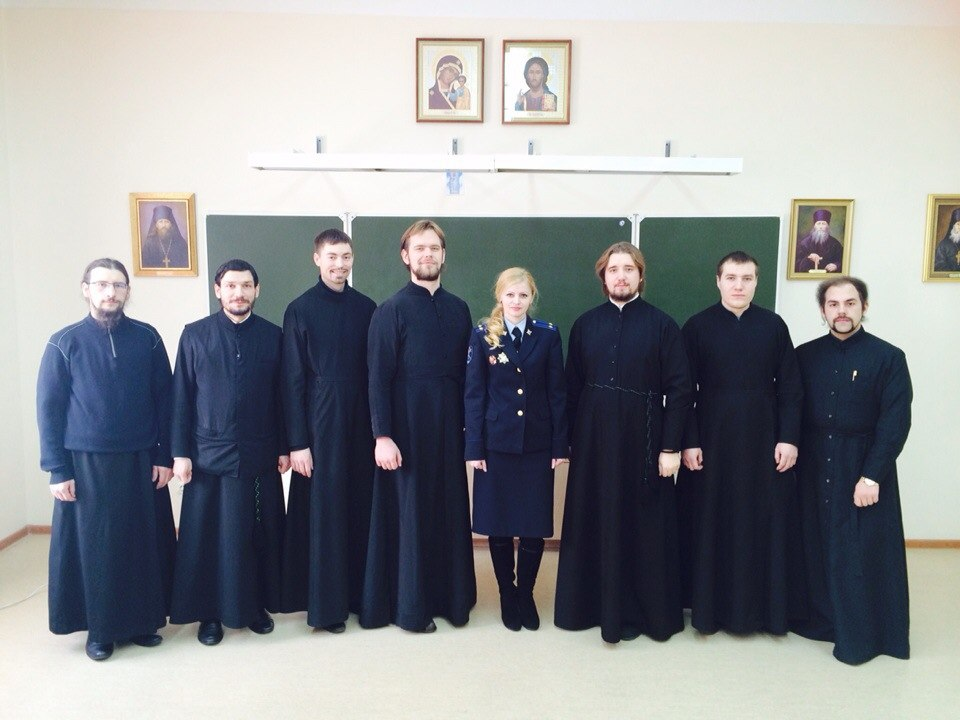 Студенты-выпускники с преподавателем семинарии.