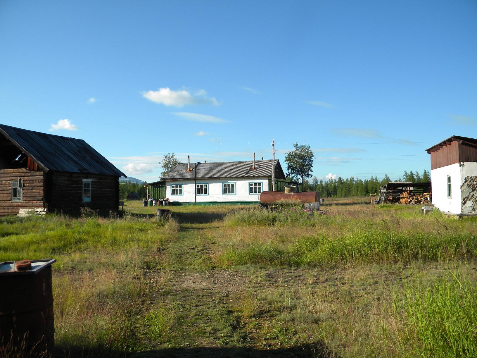 в белом доме сейчас и размещается метеостанция. в недалекое советское прошлое здесь размещалась столовая пионерлагеря. Да-да, пионерлагеря.