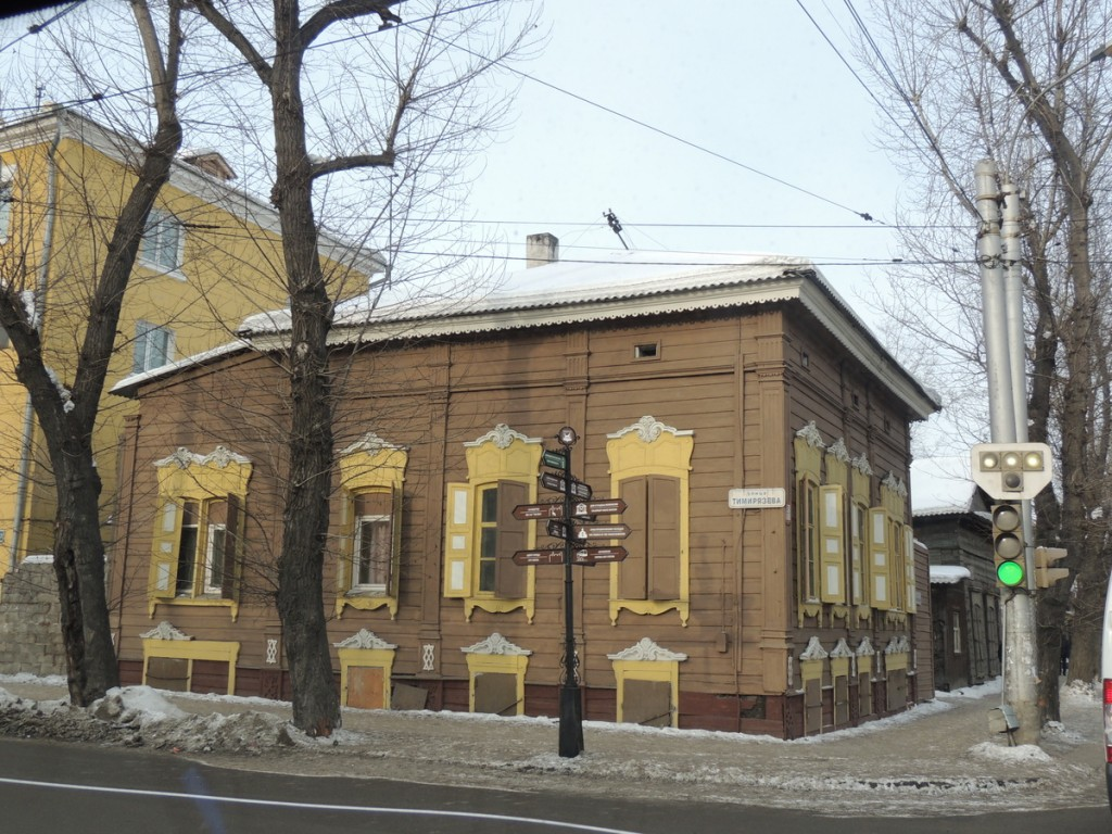 В Иркутске нет кровожадного  гиганта-Дальспецстроя - деревянный центр радует глаз ажурной резьбой