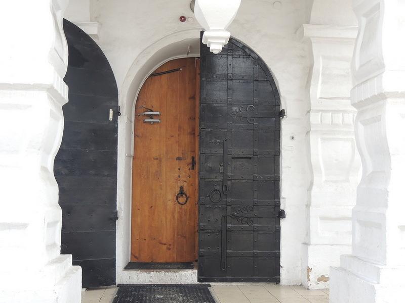 Тяжелые двери храма тоже впечатляют и тяжело поддаются - а крылечко -  как из сказки Пушкина - так и кажется, что выйдет сейчас боярин в шубе с меховыми рукавами...