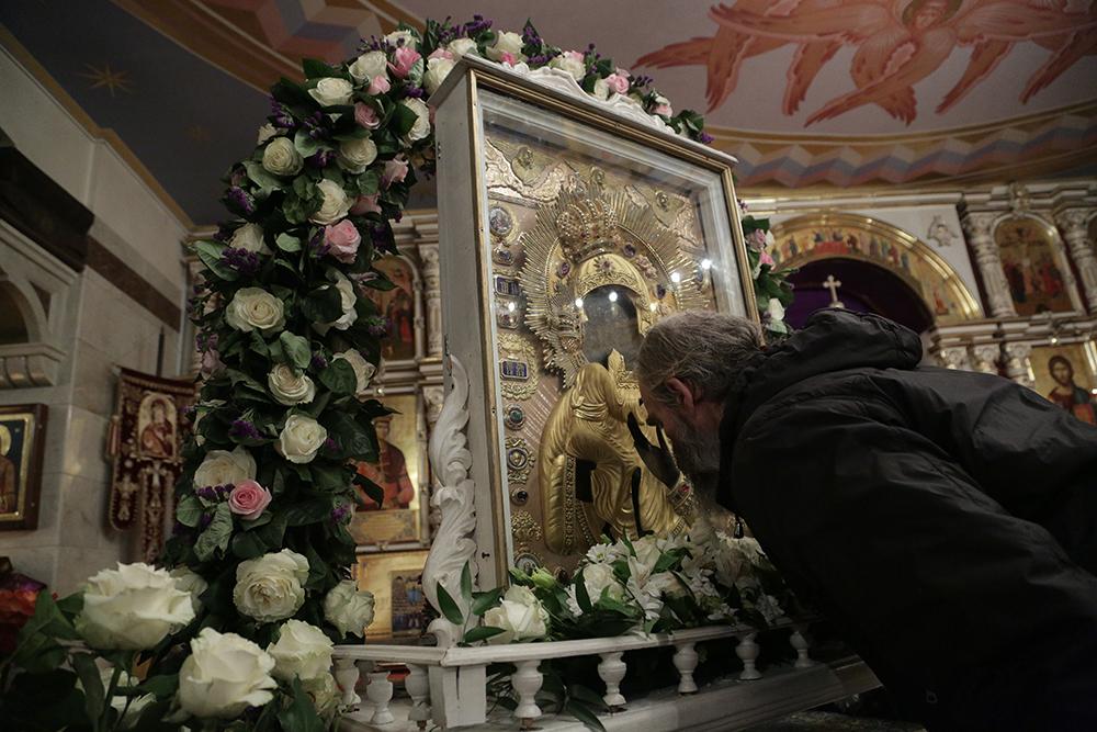 Владыка митрополит Игнатий прикладывается к чудотворному Образу Божией Матери